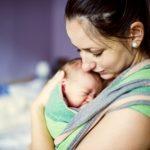 スリングで赤ちゃんも気持ちよく横抱きする使い方と股関節を守るコツ